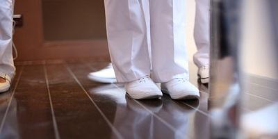 best shoes for nurses-medical-uniform-nurses-standing-in-hospital