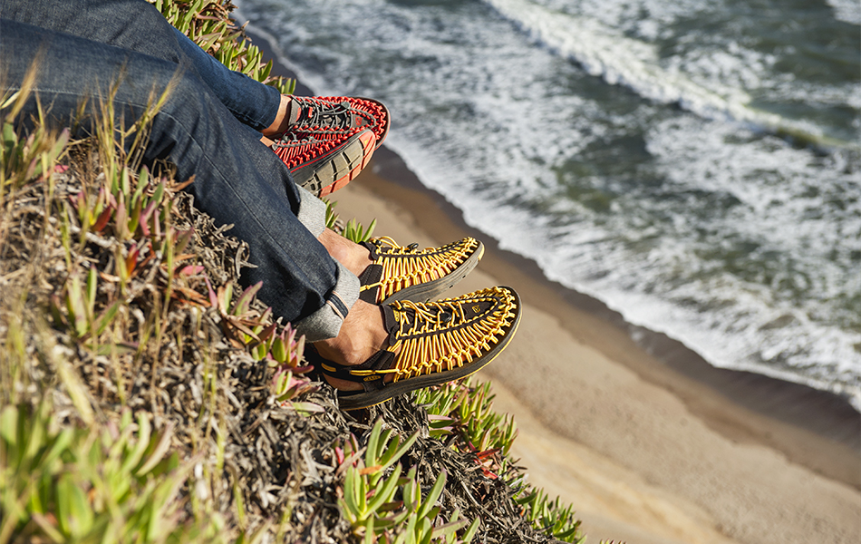 Best-Water-Shoes-couple-sitting-at-a-beach-relaxing
