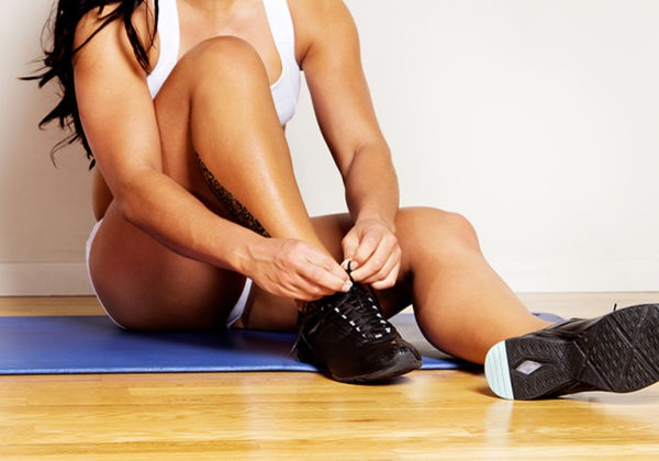 Best-Yoga-Shoes-woman athlete tying shoes
