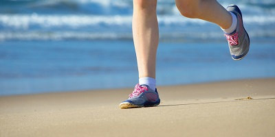 best-minimalist-running-shoes-running-on-beach