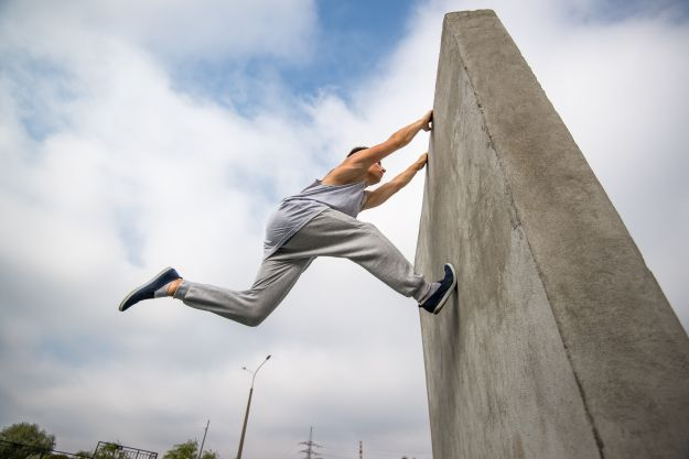 best-parkour-shoes-young-man-jumping-on-the-walls-sport-parkour