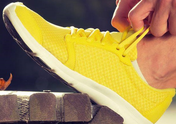 best-running-shoes-yellow-shoe-mesh-breathable-upper
